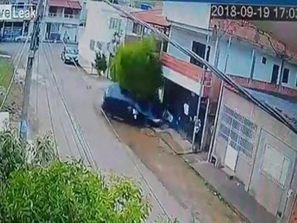 Bé gái 13 tuổi lái ô tô húc văng người đàn ông đi xe đạp