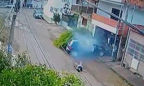 Sau khi gây tai nạn, nữ tài xế xuống xe nằm vật ra đường