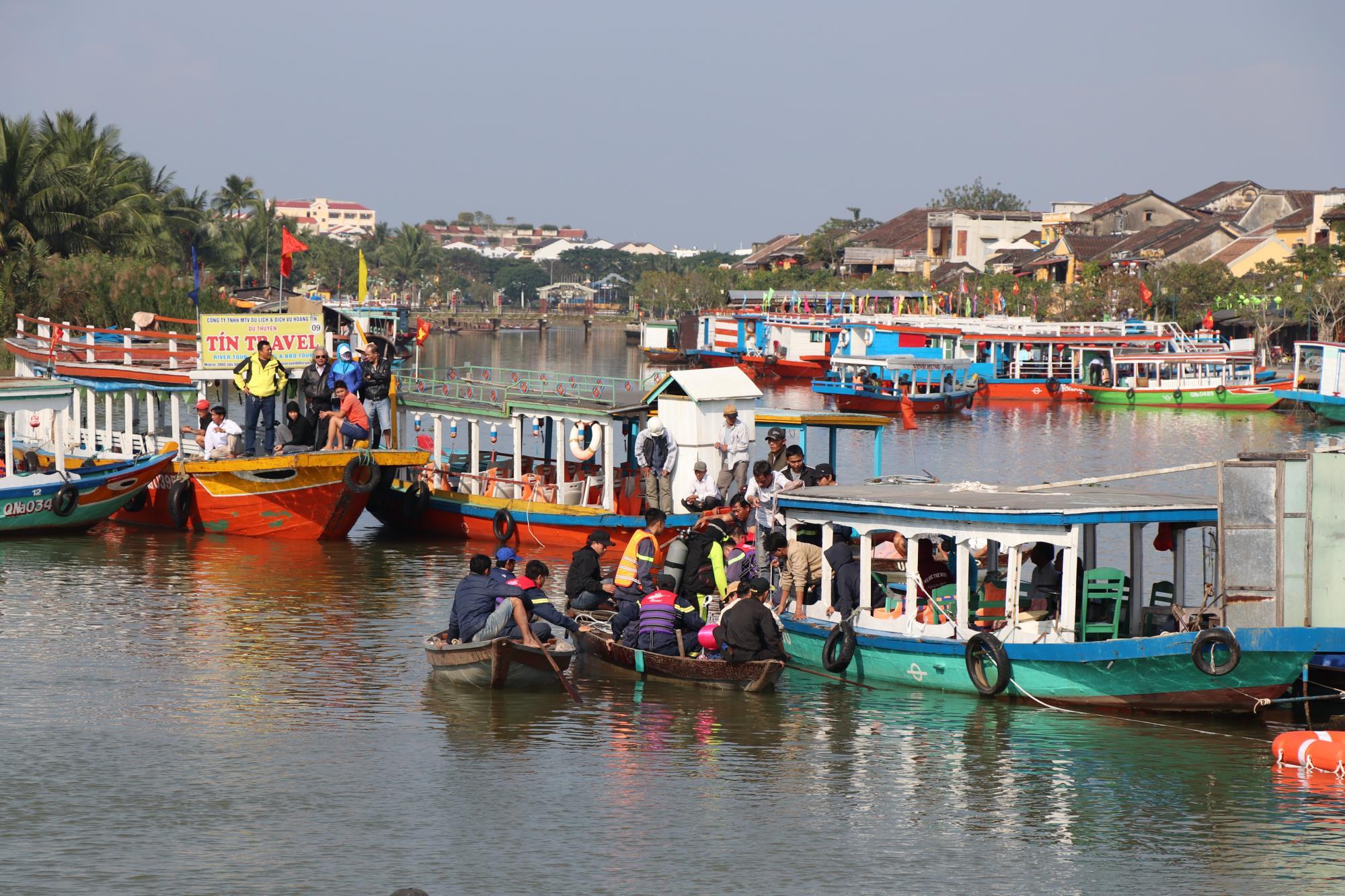 Hàng trăm người xót xa khi tìm thấy thi thể bé trai 6 tuổi mắc kẹt trong chiếc ô tô lao xuống sông Hoài - Ảnh 1