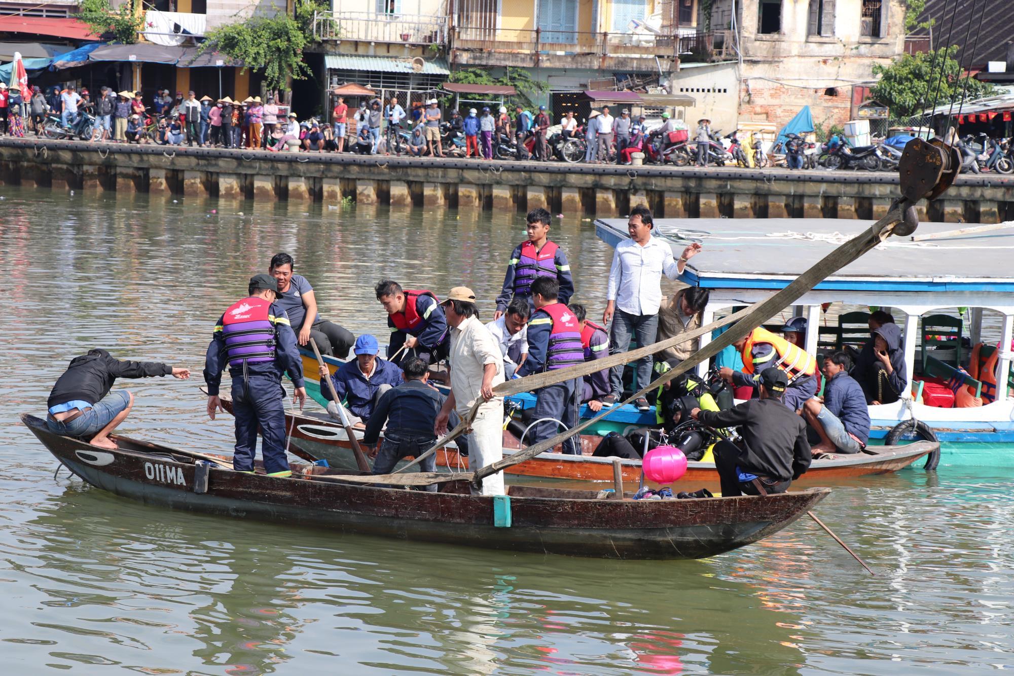 Vụ ô tô lao xuống sông Hoài làm 3 người chết: Đôi vợ chồng cãi vã trước thời khắc đau lòng - Ảnh 1