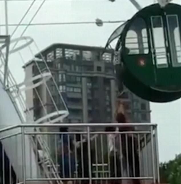 Clip bé trai 5 tuổi lơ lửng trên không trung khi chơi đu quay