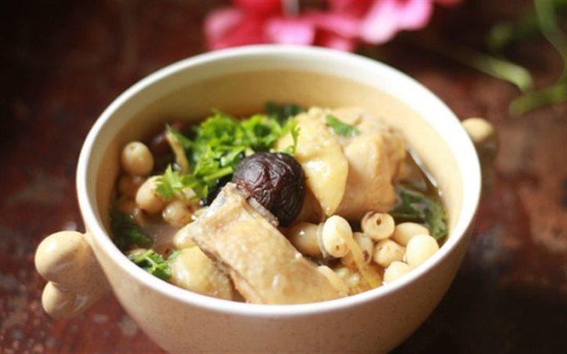 Món gà hầm hạt sen rất tốt cho người suy nhược cơ thể, bị chứng thận yếu dẫn đến suy giảm trí nhớ
