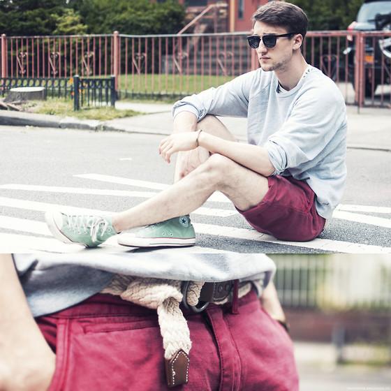 Quần short năng động kết hợp vừa vặn cùng giày converse cổ cao