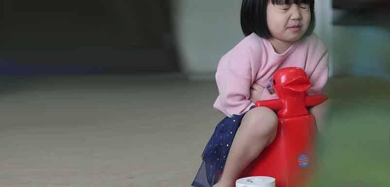 Trẻ bị táo bón: Nguyên nhân, cách điều trị và phòng ngừa - Ảnh 2