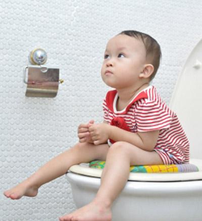 Trẻ bị táo bón: Nguyên nhân, cách điều trị và phòng ngừa - Ảnh 1