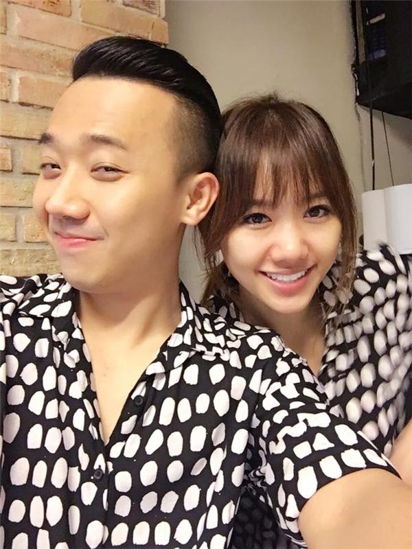 Hari làm rớt điện thoại lúc livestream, fan thích thú nhận ra Trấn Thành mặc áo đôi đứng sau vợ - Ảnh 5