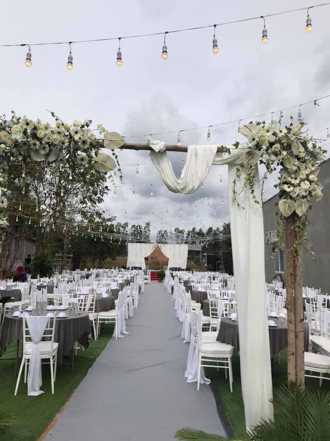 Đám cưới ngập sắc trắng của Đinh Tiến Đạt và bạn gái kém 10 tuổi  - Ảnh 2