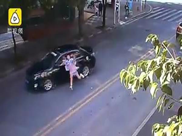 Vừa bị tô húc văng khi sang đường, cô gái trẻ lập tức ngồi dậy chỉnh lại tóc - Ảnh 1