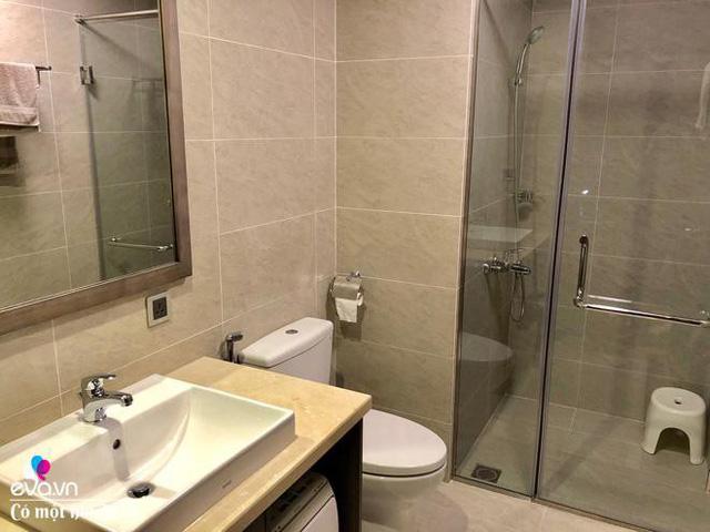 Toilet thiết kế khá đơn giản nhưng sử dụng những giải pháp thông minh để không gian luôn sạch, khu vực ướt và khô được ngăn cách.