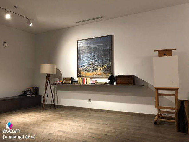 Chỉ cần những bình hoa nhỏ cũng làm thay đổi toàn bộ, khiến không gian nghệ thuật và mềm mại hơn.