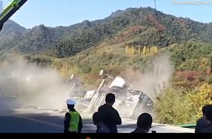 Chiếc xe cẩu đổ hoàn toàn xuống sườn đồi