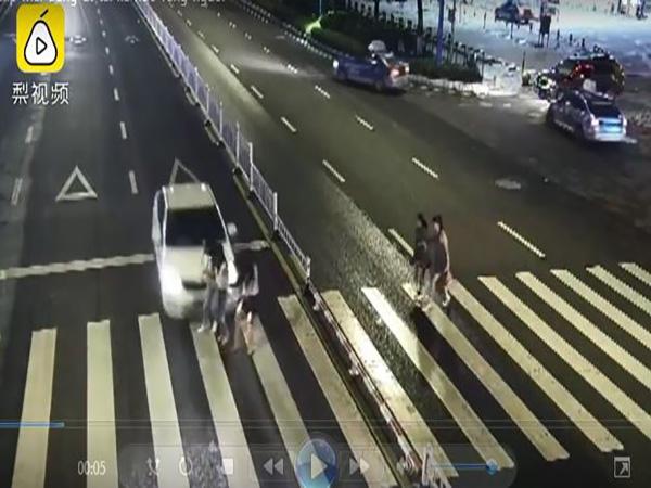 Mải nghe điện thoại, tài xế ô tô húc văng ba cô gái trên đường - Ảnh 1
