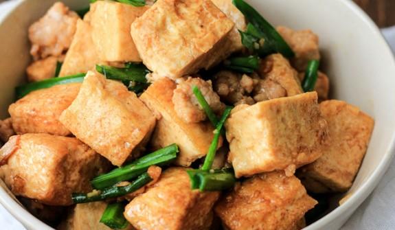 Món thịt heo kho đậu hũ là sự kết hợp độc đáo giữa các nguyên liệu để tạo nên hương bị mới lạ cho bữa cơm gia đình