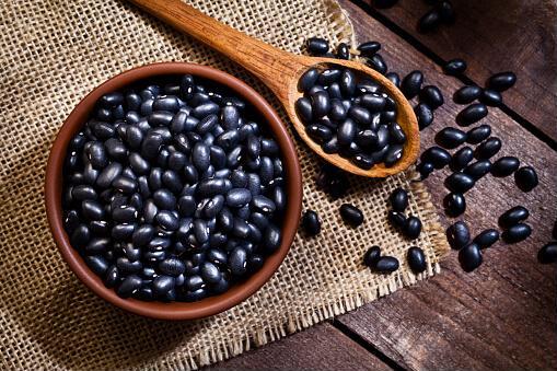 Đậu đen chứa nhiều isoflavones, chúng có tác dụng tăng kích thước vòng 1, ngừa tăng huyết áp, giảm cân nặng, tiêu mỡ