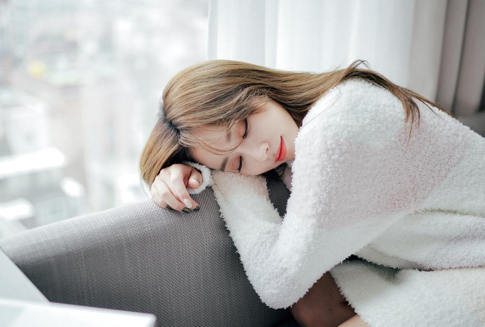 Bạn nên tranh thủ ngủ ngắn hoặc thư giãn vào buổi trưa để cơ thể được nghỉ ngơi, tái tạo sức lao động