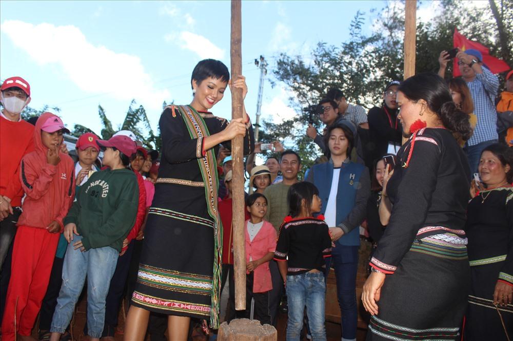 Khoảnh khắc bình dị H'Hen Niê giã gạo cùng bà con buôn làng - Ảnh 2