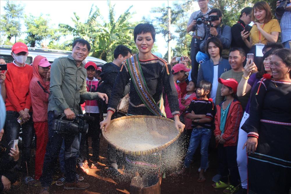 Khoảnh khắc bình dị H'Hen Niê giã gạo cùng bà con buôn làng - Ảnh 3