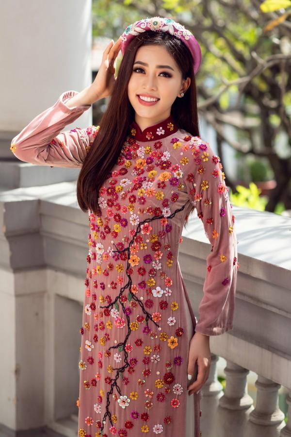 Hoa hậu Tiểu Vy cùng hai á hậu diện áo dài Xuân rạng rỡ khoe nhan sắc - Ảnh 2
