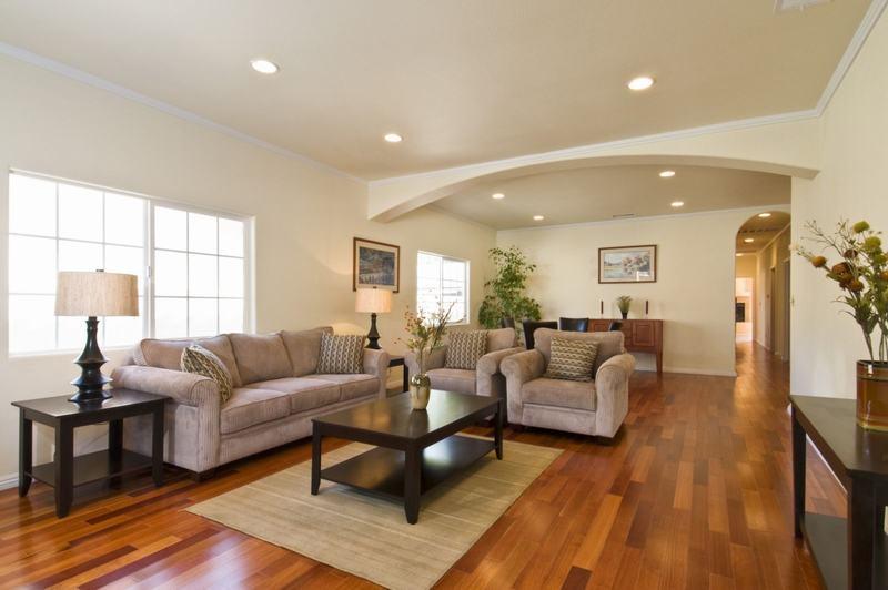 Việc bố trí đồ nội thất cùng đi với sàn gỗ cũng nên chú ý đến vấn đề về phong thủy. Ảnh minh họa.