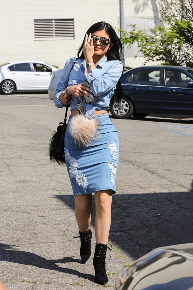 Kylie khéo léo mix cả cây denim sành điệu, gợi cảm với bốt đen.