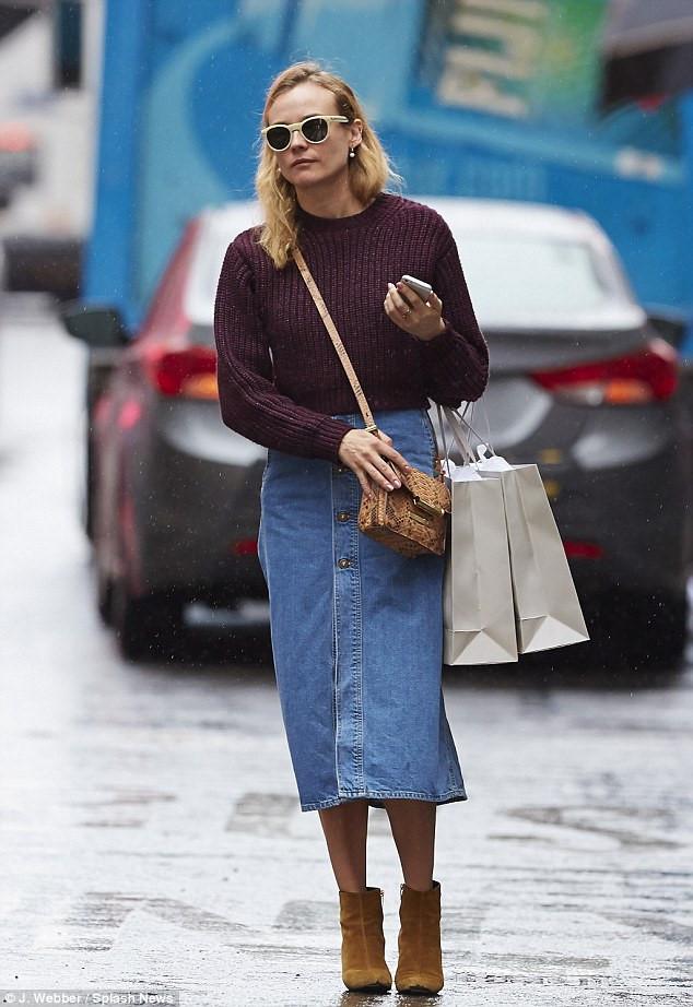 Set đồ áo len, váy denim và bốt cổ ngắn như nữ diễn viên Diane Kruger đáng để phái đẹp học hỏi trong những ngày mưa xuân ướt át.
