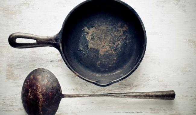 Hãy dùng dầu ăn để làm sạch những chiếc chảo nhôm