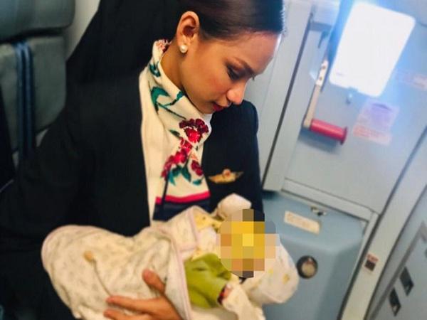 Nữ tiếp viên được khen ngợi hết lời vì cho con hành khách bú trên máy bay - Ảnh 1