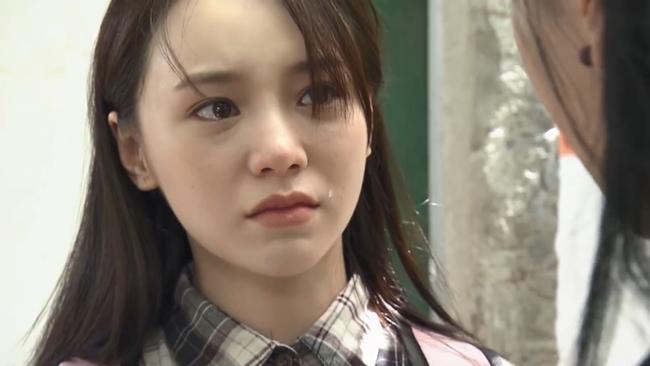 Khi biết chị gái bị điên, Đào đã rơi nước mắt. Ảnh: Cắt từ clip