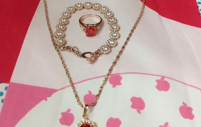 Cô vợ trẻ khoe được chồng tặng bộ trang sức bằng vàng dịp Valentine, nhiều chị em nghi ngờ chỉ là đồ mỹ ký - Ảnh 1