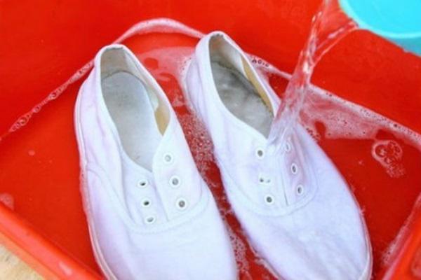 Hè đến, ai mê giày trắng mà không biết 8 mẹo làm sạch giày trắng tinh như mới chưa đến 3 phút thế này thì quá phí - Ảnh 3