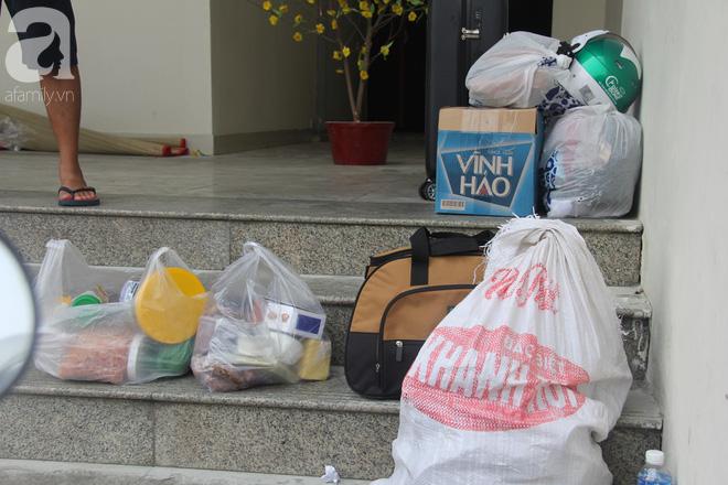 30 giờ sau vụ cháy chung cư Carina: Khung cảnh hoang tàn, người dân được vào nhà tìm những đồ vật còn sót lại - Ảnh 10
