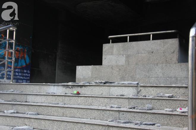 30 giờ sau vụ cháy chung cư Carina: Khung cảnh hoang tàn, người dân được vào nhà tìm những đồ vật còn sót lại - Ảnh 14