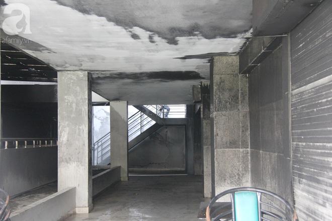 30 giờ sau vụ cháy chung cư Carina: Khung cảnh hoang tàn, người dân được vào nhà tìm những đồ vật còn sót lại - Ảnh 5