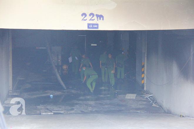 30 giờ sau vụ cháy chung cư Carina: Khung cảnh hoang tàn, người dân được vào nhà tìm những đồ vật còn sót lại - Ảnh 8