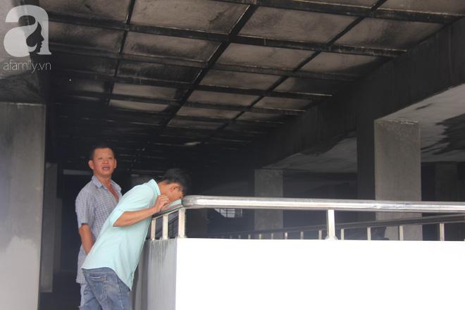 30 giờ sau vụ cháy chung cư Carina: Khung cảnh hoang tàn, người dân được vào nhà tìm những đồ vật còn sót lại - Ảnh 9