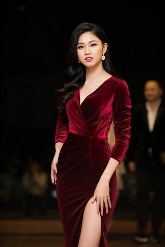 Á hậu Thanh Tú diện đầm đỏ xẻ cao hết nấc khoe da trắng chân dài 1m2 - Ảnh 3