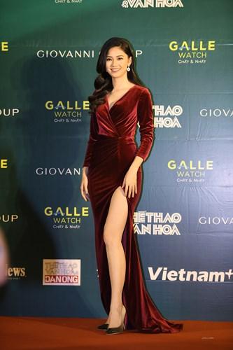 Á hậu Thanh Tú diện đầm đỏ xẻ cao hết nấc khoe da trắng chân dài 1m2 - Ảnh 4