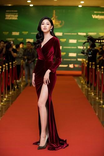 Á hậu Thanh Tú diện đầm đỏ xẻ cao hết nấc khoe da trắng chân dài 1m2 - Ảnh 2
