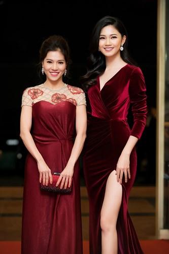 Á hậu Thanh Tú diện đầm đỏ xẻ cao hết nấc khoe da trắng chân dài 1m2 - Ảnh 6