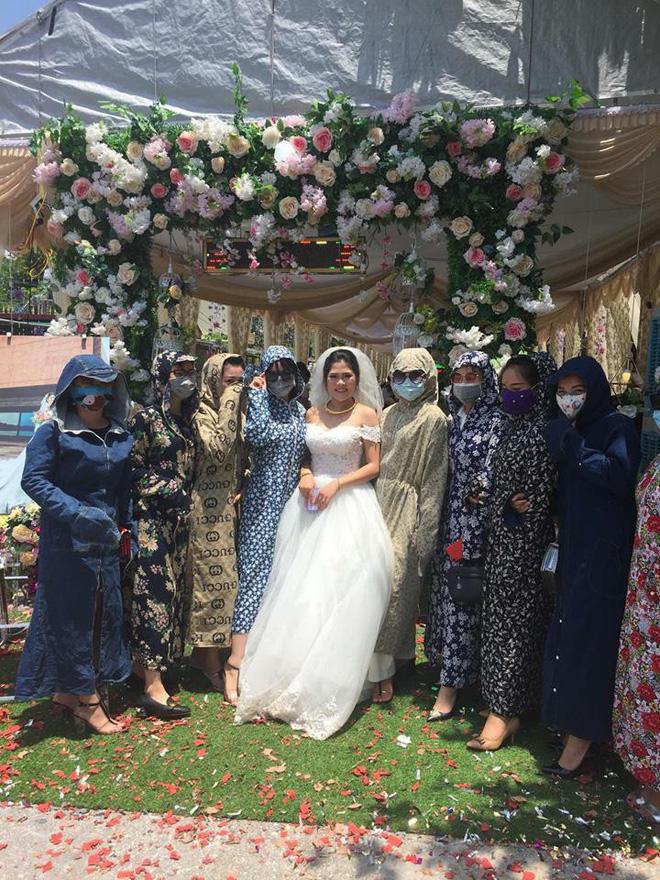 Chết cười với hình ảnh 'hội chị em' mặc áo chống nắng kín mít đi ăn cưới - Ảnh 2