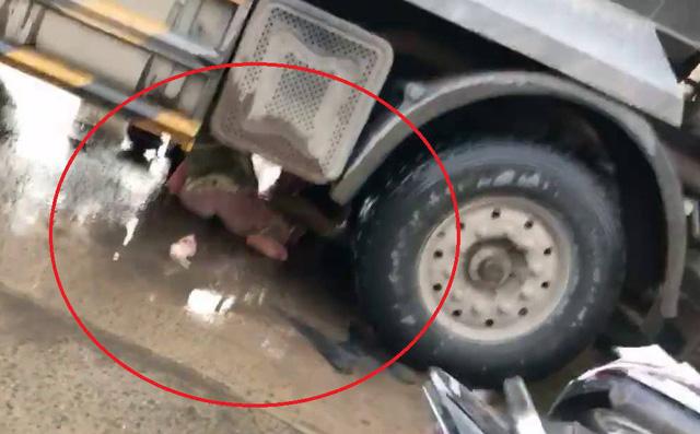 'Thần chết ngủ quên', hai người phụ nữ thoát chết thần kỳ dưới gầm xe tải - Ảnh 1