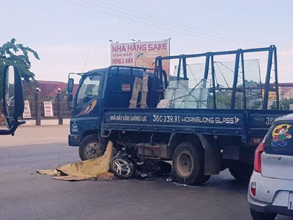 Xe máy tông vào hông xe tải sang đường, 1 phụ nữ tử vong tại chỗ - Ảnh 1