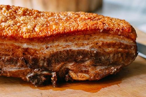 Làm thịt heo quay giòn vàng bằng chảo cực ngon cực hấp dẫn cho ngày lạnh - Ảnh 1