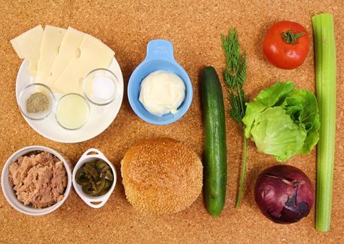 Bữa sáng nhanh gọn với bánh mì kẹp salad cá ngừ - Ảnh 1