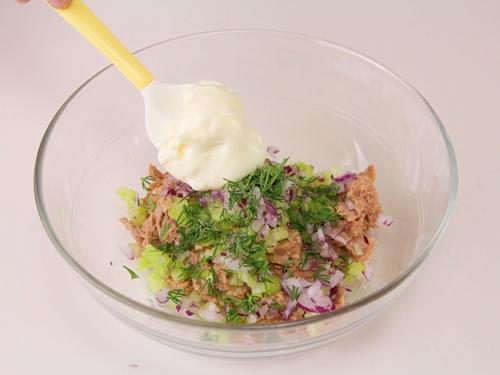 Bữa sáng nhanh gọn với bánh mì kẹp salad cá ngừ - Ảnh 2