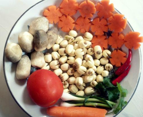 Canh nấm nấu hạt sen - Ảnh 1