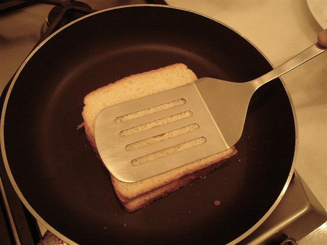 Dù không có máy bạn vẫn có thể làm được bánh mì sandwich nướng giòn rụm, thơm lừng - Ảnh 2