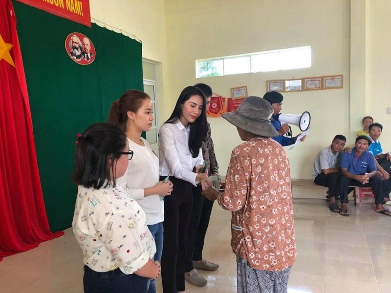 Vợ chồng Thủy Tiên đi Phú Yên trao 550 triệu đồng cho người dân bị thiệt hại do bão số 12: Nhà nhiều nhất 42 triệu, ít nhất 1 triệu - Ảnh 10