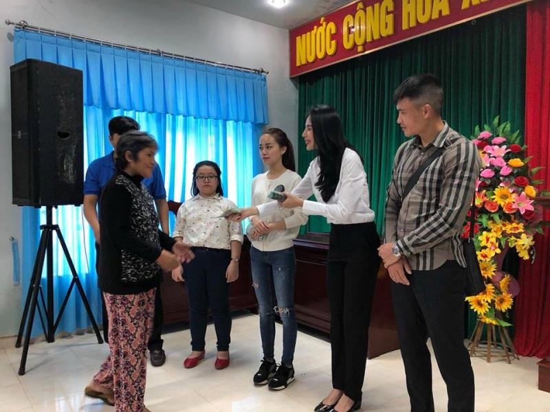 Vợ chồng Thủy Tiên đi Phú Yên trao 550 triệu đồng cho người dân bị thiệt hại do bão số 12: Nhà nhiều nhất 42 triệu, ít nhất 1 triệu - Ảnh 11