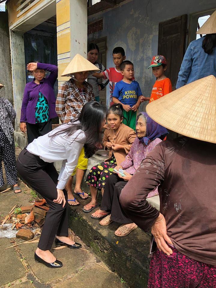 Vợ chồng Thủy Tiên đi Phú Yên trao 550 triệu đồng cho người dân bị thiệt hại do bão số 12: Nhà nhiều nhất 42 triệu, ít nhất 1 triệu - Ảnh 12